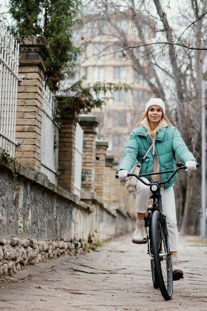Vrouw fietsen op de stoep Gratis Foto