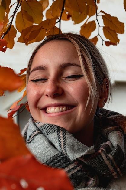Vrouw, gekleed in zwarte en grijze sjaal lachen Gratis Foto