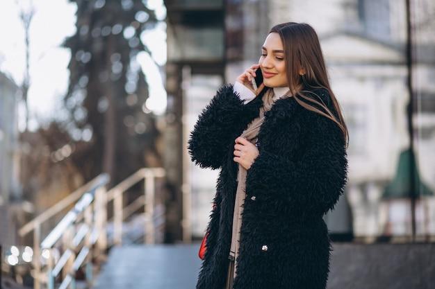 Vrouw gelukkig praten aan de telefoon Gratis Foto