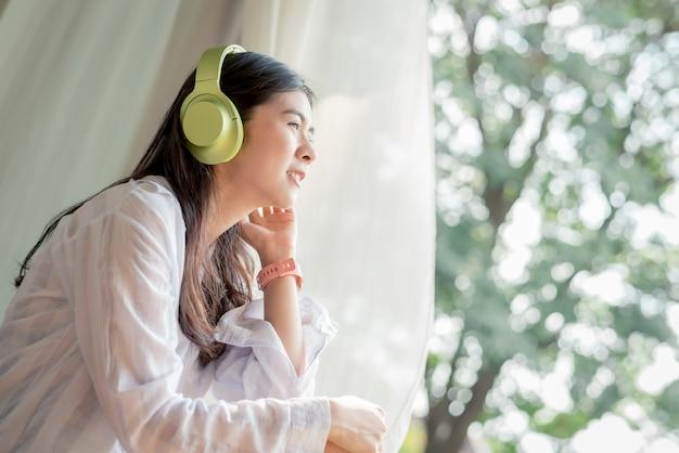 Vrouw geniet van vrije tijd en luisteren naar de muziek Premium Foto