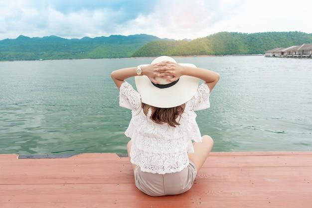 Vrouw genieten met prachtig meer en de bergen Premium Foto