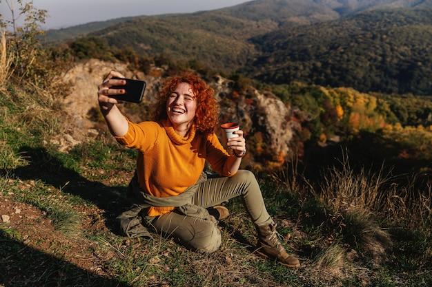 Vrouw genieten van de natuur op een mooie zonnige herfstdag. Premium Foto