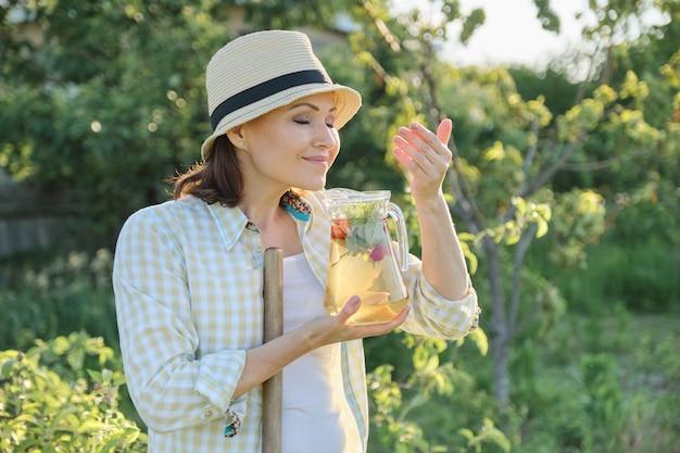 Vrouw genieten van het aroma van verse zelfgemaakte kruidendrank Premium Foto