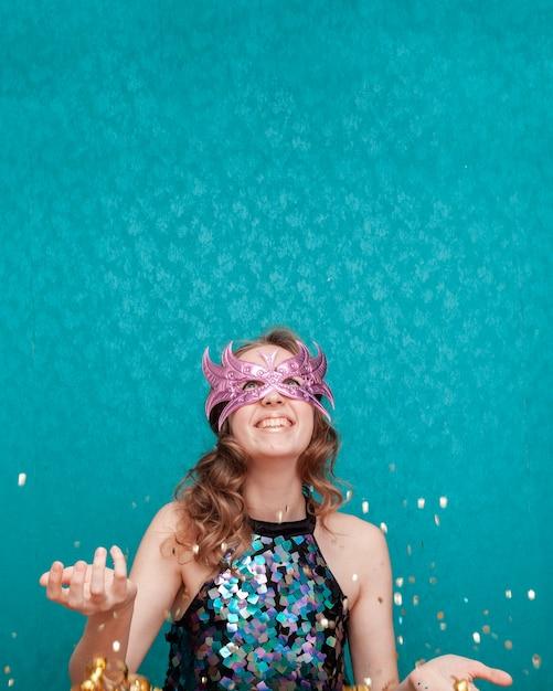 Vrouw gooien met glitter en linten vooraanzicht Gratis Foto