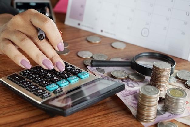 Vrouw hand geld berekenen Premium Foto