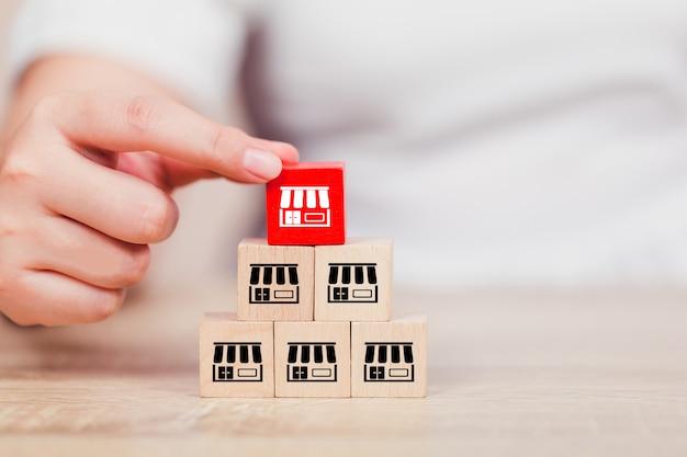 Vrouw hand kiezen hout blog met franchise marketing. Premium Foto