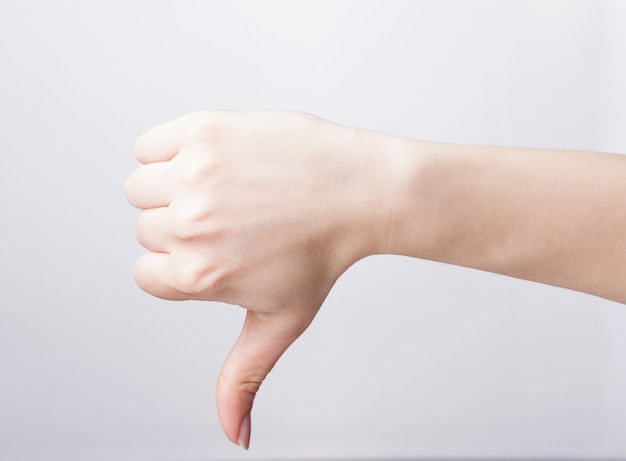 Vrouw hand met duim omlaag op een witte achtergrond Premium Foto