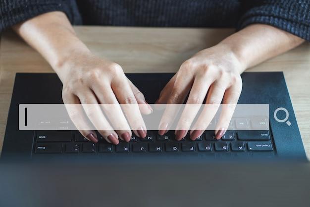 Vrouw hand werk zoeken en surfen op internet Premium Foto