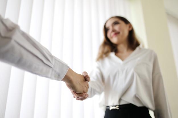 Vrouw handdruk met baas Premium Foto