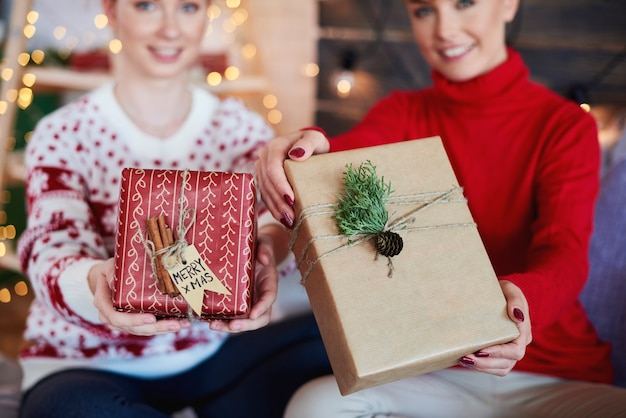 Vrouw handen geven kerstcadeautjes Gratis Foto