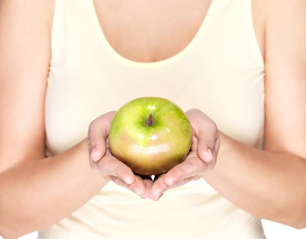 Vrouw handen met groene appel - geïsoleerd op wit. Gratis Foto