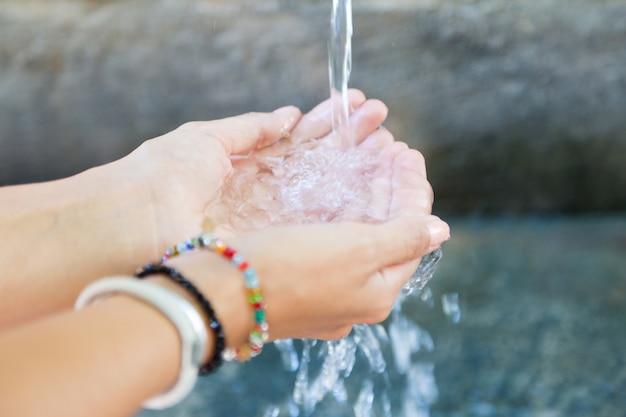 Vrouw handen met water splash. Gratis Foto