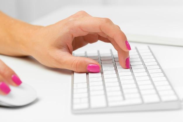 Vrouw handen op een toetsenbord Premium Foto