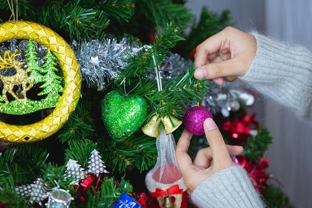Vrouw handen raakt kerst ornament Gratis Foto