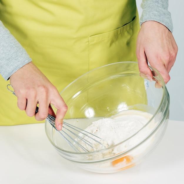 Vrouw handen slagman zwaaien in de keuken Gratis Foto