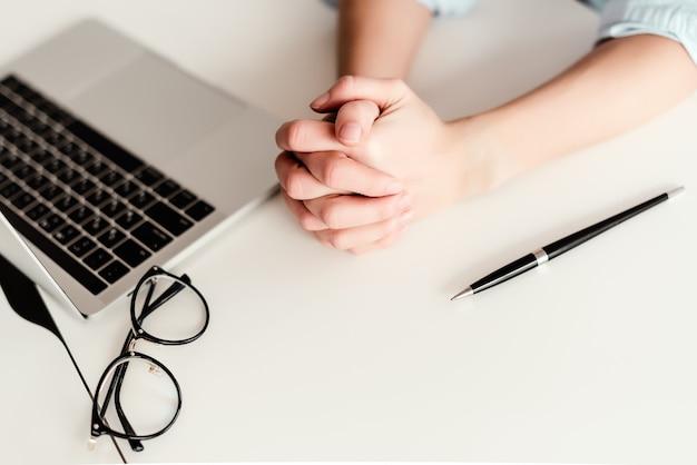 Vrouw handen werken achter de laptop op het bureau in het kantoor Premium Foto