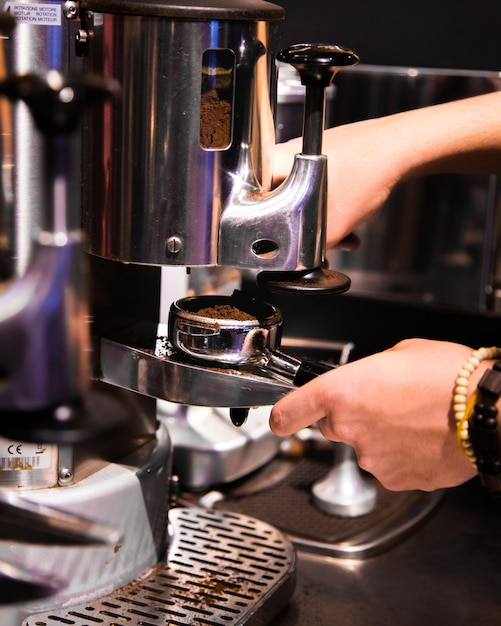 Vrouw handen werkt met koffie mashine Gratis Foto
