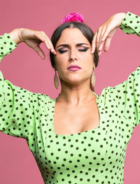 Vrouw het dansen flamenco met gesloten ogen Gratis Foto