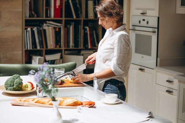 Vrouw het koken bij keuken in de ochtend Gratis Foto