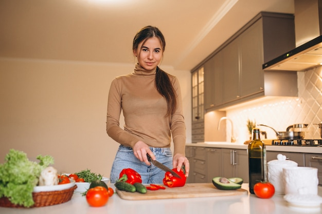 Vrouw het koken bij keuken Gratis Foto