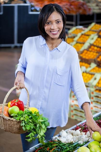 Vrouw het kopen van groenten en fruit in biologische sectie Premium Foto