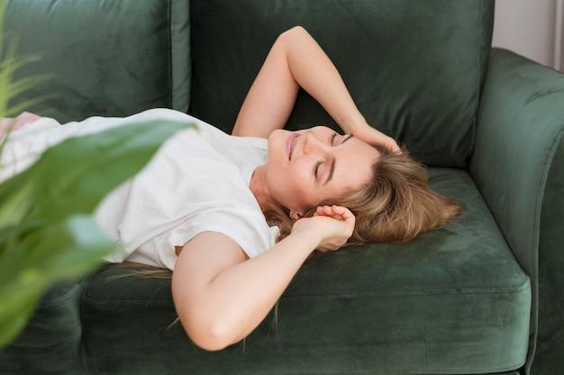 Vrouw het ontspannen op de bank hoge mening Gratis Foto