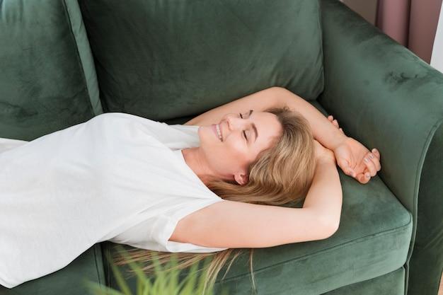 Vrouw het ontspannen op de laag hoge mening Gratis Foto