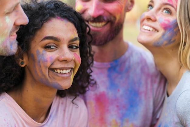 Vrouw het stellen met vrienden bij festival Gratis Foto