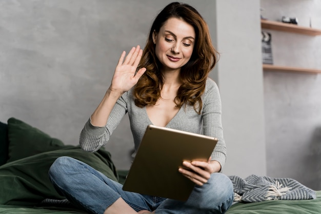 Vrouw in bed streaming met tablet Gratis Foto
