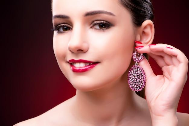 Vrouw in betoverend concept met juwelen Premium Foto