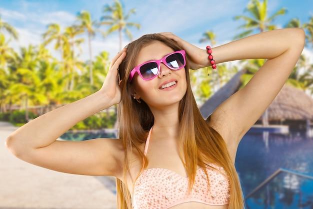 Vrouw in bikini en zonnebril geïsoleerd Premium Foto