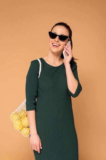 Vrouw in casual kleding met herbruikbare schildpad tas Gratis Foto