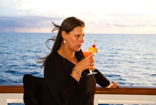 Vrouw in cruise Premium Foto