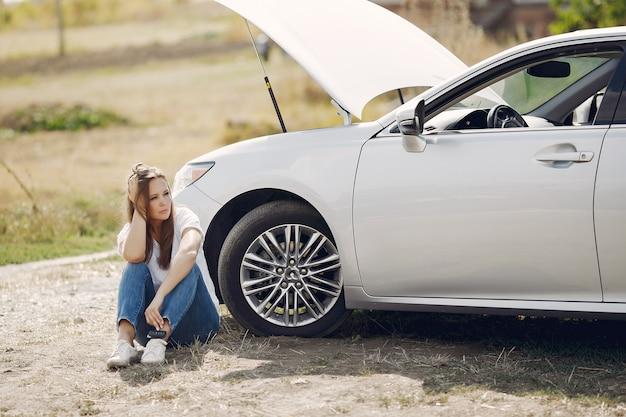 Vrouw in de buurt van gebroken auto vraag om hulp Gratis Foto