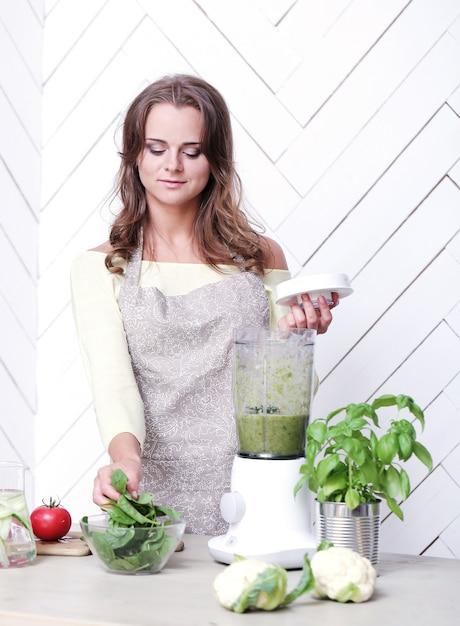 Vrouw in de keuken Gratis Foto