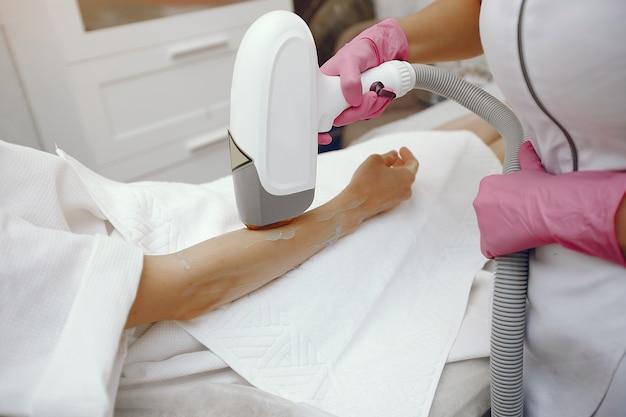 Vrouw in de kosmetiekstudio bij de verwijdering van het laserhaar Gratis Foto