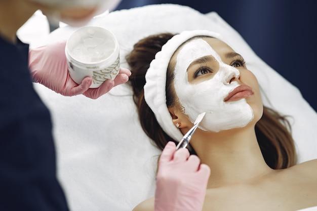 Vrouw in de kosmetiekstudio op procedures Gratis Foto