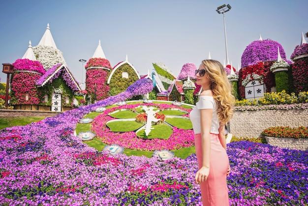 Vrouw in de tuin van doubai Premium Foto