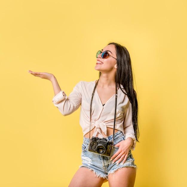 Vrouw in de zomerslijtage met camera Gratis Foto