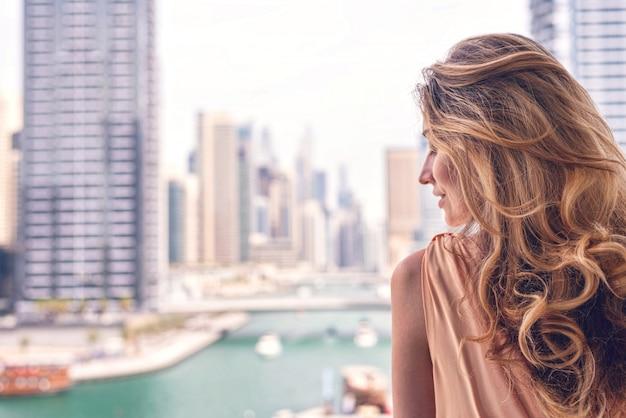 Vrouw in dubai marina Premium Foto