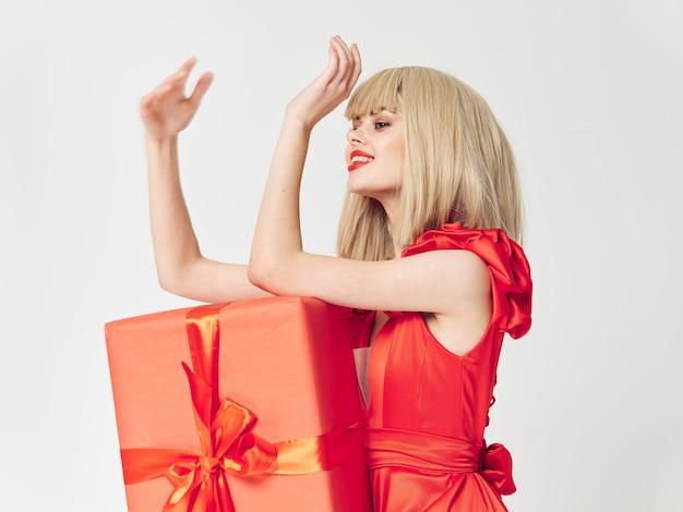 Vrouw in een mooie jurk met cadeau vakantie dozen, verkoop en viering Premium Foto