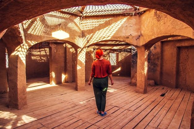 Vrouw in een scenary marokko Premium Foto