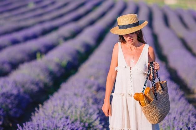 Vrouw in een veld van lavendelbloemen Premium Foto