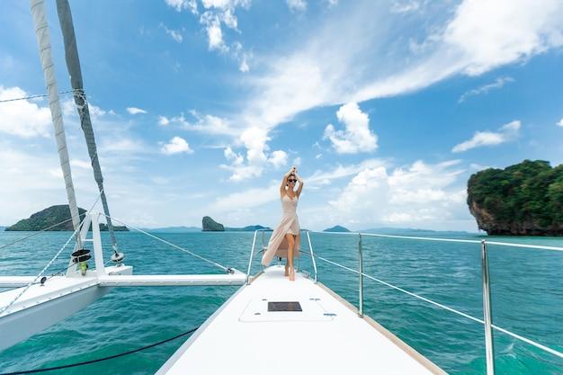 Vrouw in een witte rok die zich op een jacht bevindt Premium Foto