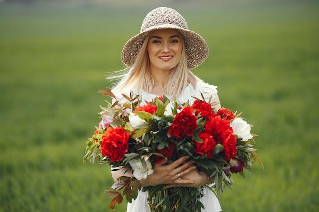 Vrouw in elegante kleding die zich in een de zomergebied bevindt Gratis Foto