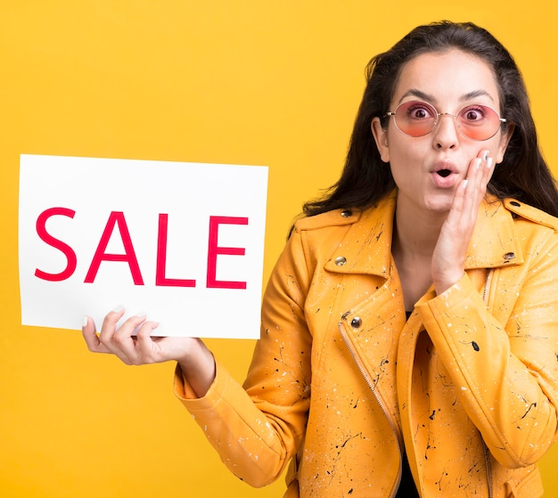 Vrouw in geel jasje dat wordt verrast Premium Foto