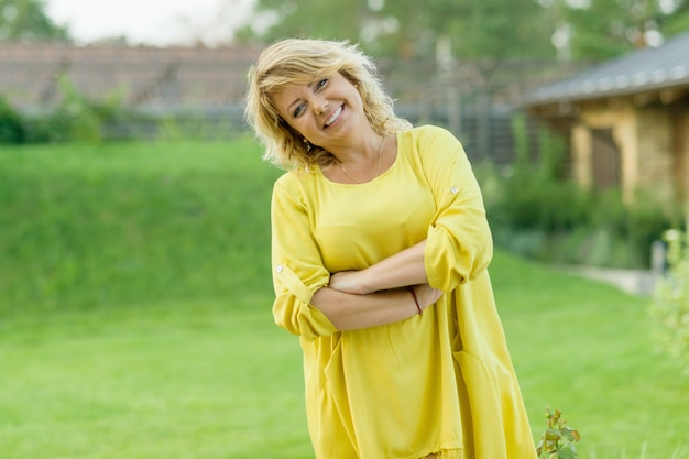 Vrouw in gele jurk Premium Foto