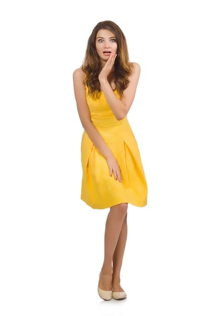 Vrouw in gele kleding die op wit wordt geïsoleerd Premium Foto