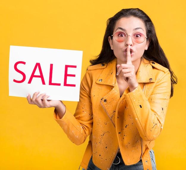 Vrouw in gele verkoop van het jasje de stille gebaar Gratis Foto
