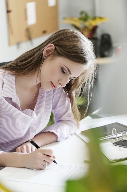 Vrouw in het kantoor Gratis Foto